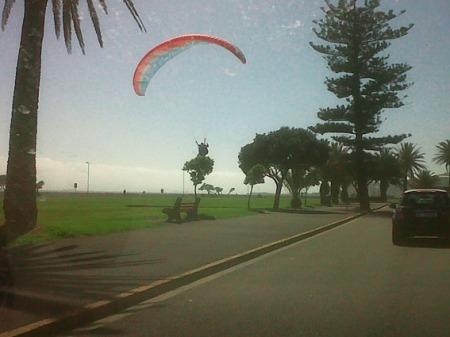Dos personas en parapente. Uno aterriza por error en plena carretera y el otro como se ve en la imagen. Ciudad del Cabo / Mángel Sevilla