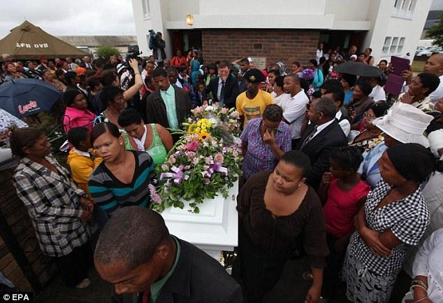Funeral por la joven torturada y violada en Sudáfrica /  http://www.dailymail.co.uk