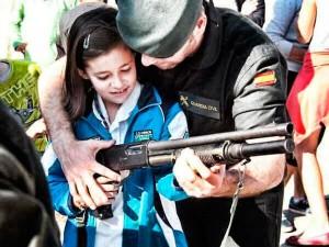 Guardia Civil enseñando a niños / canarias-semanal.org