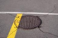 una tapa de alcantarilla en el pavimento