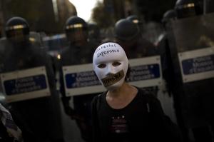 """Manifestación en Barcelona contra la Ley de Seguridad Ciudadana. Escrito en catalán """"libertad de expresión. Fascismo"""" / Fuente: http://www.dailymail.co.uk/ Diciembre 2014"""