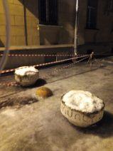 Cintas marcan la zona de peligro por caída de bloques de hielo sobre los peatones / mangelsevilla. Rusia.