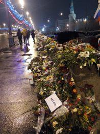 Sobre el Puente Moscova con flores en honor al político asesinado / Mángel Sevilla