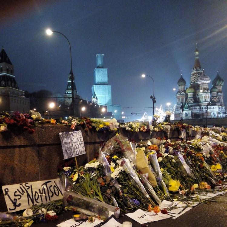 Sobre el Puente Moscova con flores en honor al político asesinado, de fondo la Catedral de San Basilio / Mángel Sevilla