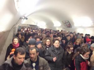 Pasillos del metro saturados de personas yendo a la manifestación / mangelsevilla